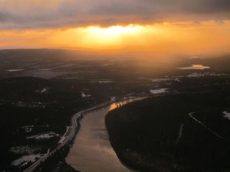 Sula Ivalojoki ja keskipäivän aurinko